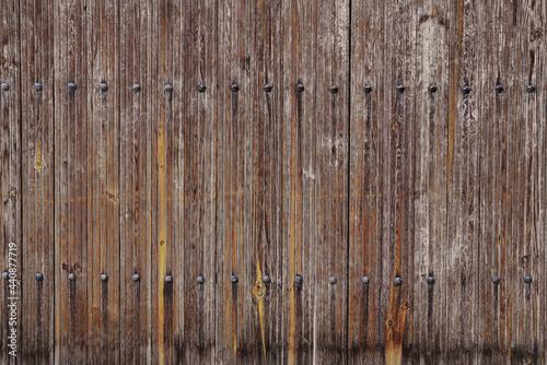 Fototapeta Textura de madera vieja de ventanas y puertas desgastadas por el tiempo con grie
