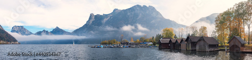 Foto panorama landscape lake Traunsee, lakeside Ebensee with boathouses and harbor
