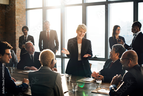 Photo Business woman talking to colleagues in a meeting