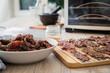 Asia Marinierte Rindfleisch Streifen roh für hausgemachtes Beef Jerky Trockenfleisch mit Sesam und Chili auf Edelstahl Trockengitter für Dörrautomat in Küche mit Holz Brett Hintergrund hell