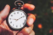 懐中時計を持つ男性