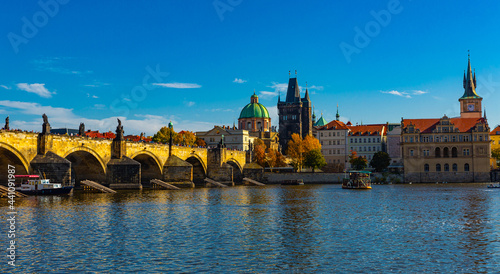 Tela Scenic view of autumn Prague cityscape and ancient stone Charles Bridge across V