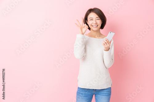 Fototapeta スマホを見る女性