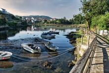 Pequeñas Embarcaciones De Recreo Y Pesca Varadas Y Amarradas Durante La Marea Baja En Ponte Sampaio, Provincia De Pontevedra, España