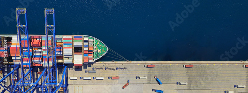 Photo Aerial top down ultra wide photo of industrial container ship loading  - unloadi