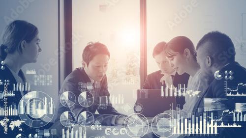 Fotografija 会議するビジネスマンと統計データ ビジネスと統計 経営戦略