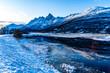 Die schroffen Berge in den Lyngenalps, in Troms, in der Nähe von Tromsö, Norwegen. interessante Lichtstimmung im frühen Herbst, erster Schnee