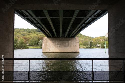 Fototapeta Sous le pont Clémenceau de Vernon, eure Normandie