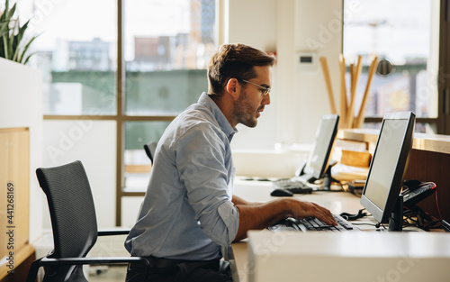 Obraz na plátně Business executive working on computer