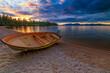 Das orange Boot im Sonnenuntergang