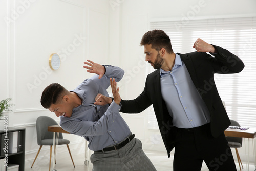 Stampa su Tela Emotional colleagues fighting in office. Workplace conflict