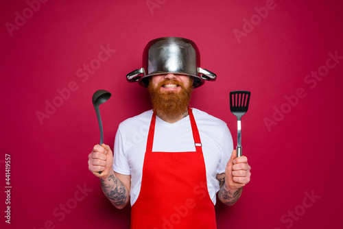 Fotografía happy chef with beard and red apron is ready to cook