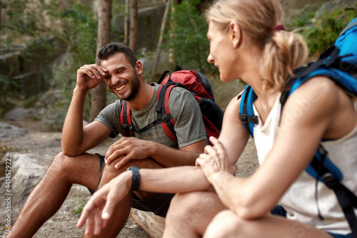 Canvastavla Happy young caucasian couple talking during halt