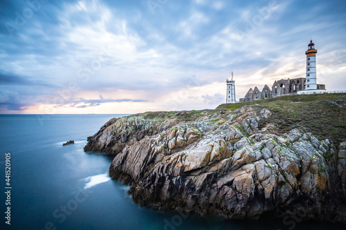 Fotografia The ruins of the abbey of Saint-Mathieu and the lighthouse in France
