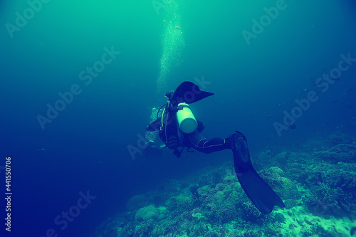 group of divers in muddy poorly clear water, dangerous diving Fototapet
