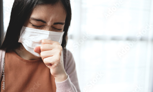 Obraz na plátně Young Asian women use mask to cover their mouth and nose during colds, coughing and sneezing to prevent the virus from spreading