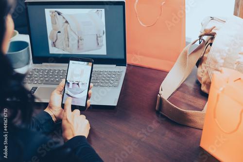 Fototapeta mujer comprando y vendiendo en internet, con laptop y smartphone celular