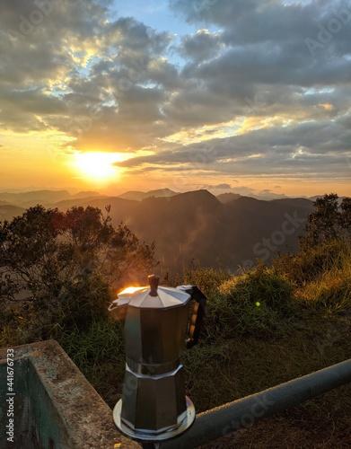 Fotografia, Obraz Um ótimo café feito na montanha com um lindo nascer do sol.
