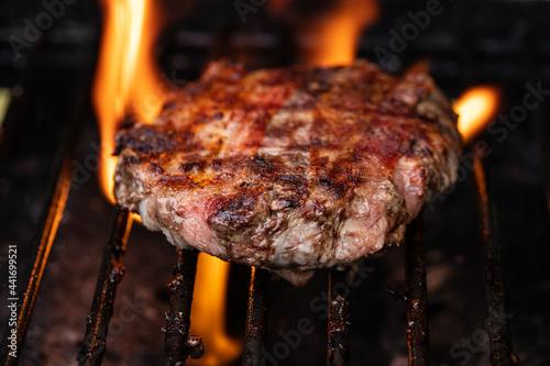 Gegrilltes Burger Patty mit Flammen