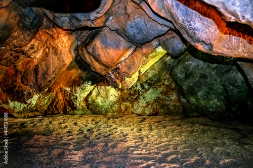 Fotografia Damlatas Cave with a low stone ceiling and sandy floor (Alanya, Turkey)