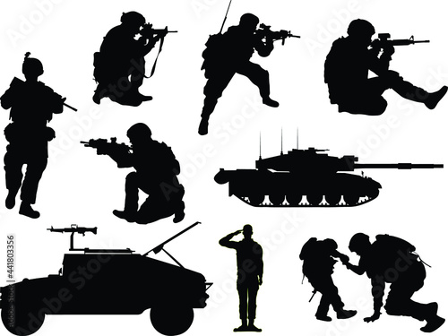Fotografia US military soldier silhouettes with tank and a Humvee