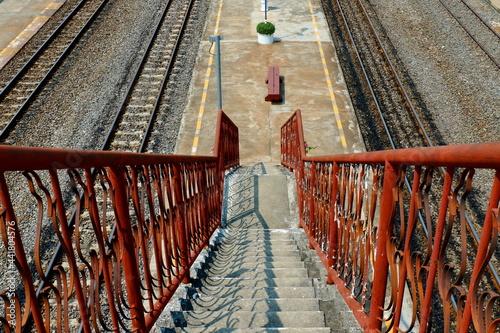 Foto High Angle View Of Footbridge Over Railroad Tracks