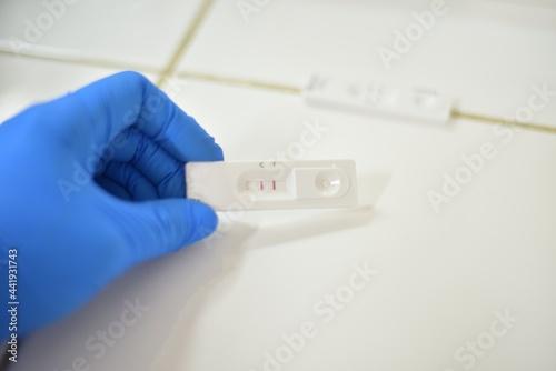 Tableau sur Toile Hand medical tecnologist testing covid-19 antigen positive.
