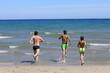 Tata i synowie podczas wygłupów na plaży. Dad and sons on the beach.