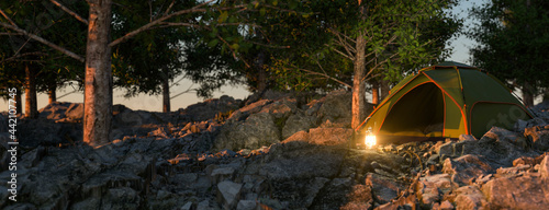 Fotografia Remote off the grid camping in a mountainside forest 3d render