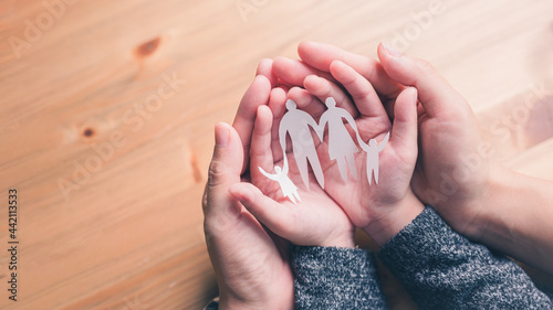 Fotografia mother and baby hands holding paper family cutout, Happy family mother, father, children son and daughter