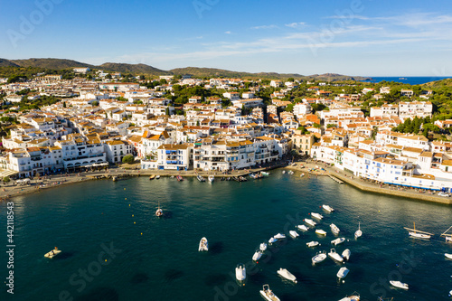 Scenic aerial view of Cadaques shoreline overlooking white buildings and boats p Fototapet