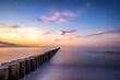 Schöner Sonnenuntergang über einem Meer als minimalistische Langzeitbelichtung