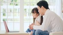 パソコンを見る親子 通信教育 動画配信サービス スローモーション