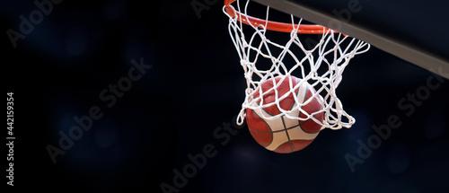 Fotografia The orange basketball ball flies through the basket