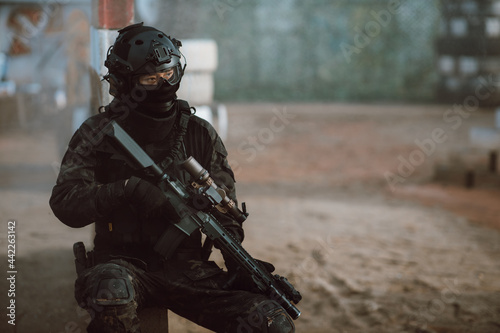 Murais de parede soldier holding rifle at the battlefield area ready fight