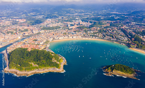 Tableau sur Toile High view of San-Sebastian with Beach of La Concha and boats at sea, Spain