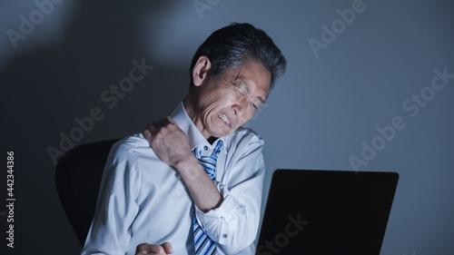Canvas ミドル男性・ビジネスマン・パソコン・残業・過労・ストレス
