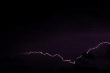 Les Orages La Nuit Avec Plusieurs éclairs Horizontaux En République Tchèque, à Prague