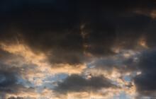 La Bella Atmosfera Di Un Tramonto In Montagna Dove Le Nuvole Si Colorano Di Un'arancione Intenso