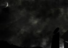 バス停からの漆黒の夜空と三日月