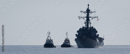Fotografia, Obraz WARSHIP - Guided missile destroyer sails on the sea