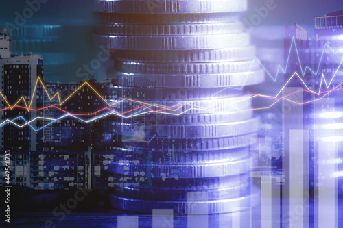 Foto Financial investment concept, Double exposure of stack of coins and city for finance investor, Forex trading market candlestick chart, Cryptocurrency Digital economy