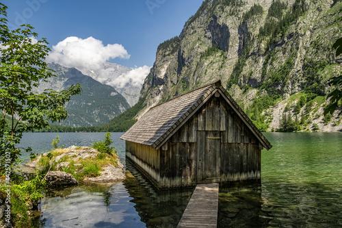 Foto Boathouse at Obersee Lake behind the Watzmann massif, Salet at Koenigssee, Berch