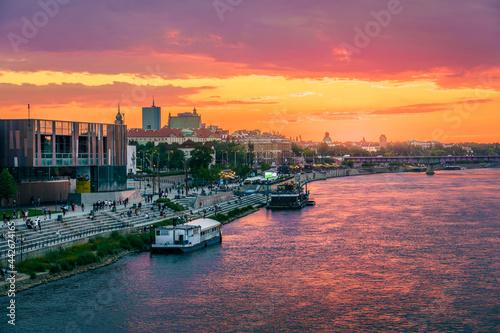 Letni zachód słońca w Warszawie nad Wisłą