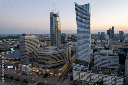 Foto Warszawa - centrum miasta, zachód słońca, wieżowce widziane z drona