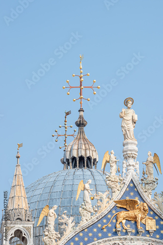 View over decoration elements at roofs and cupolas of Basilica San Marco in Venice, Italy, at sunny day and deep blue sky Fotobehang