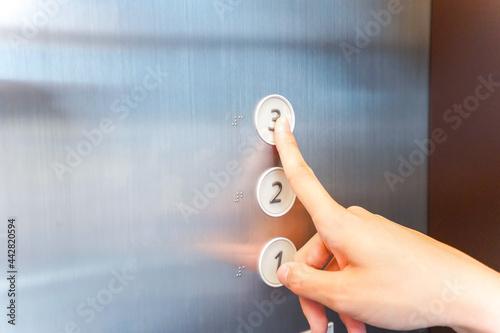Fototapeta エレベーターに乗る看護師