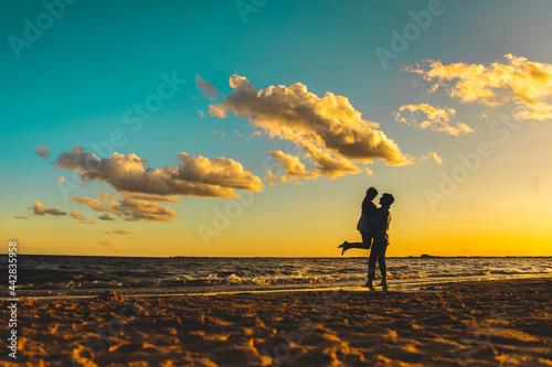Pre boda al atardecer. Novios en silueta con cielos atractivos Fototapet