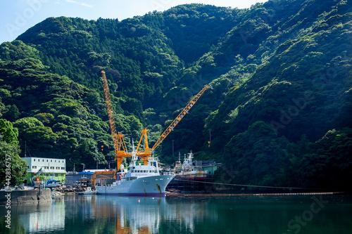 Foto 安良里漁港(西伊豆)|入り江に停泊する船の佇まいに静けさと安らぎを感じました