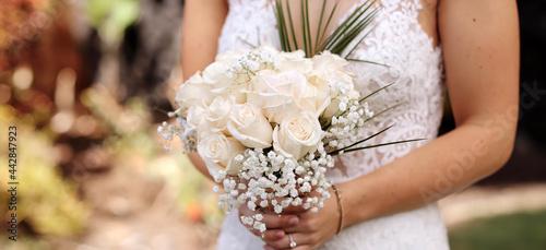 Billede på lærred bride holding wedding bouquet